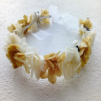 Corona hortensias naturales en color cava y blanca.